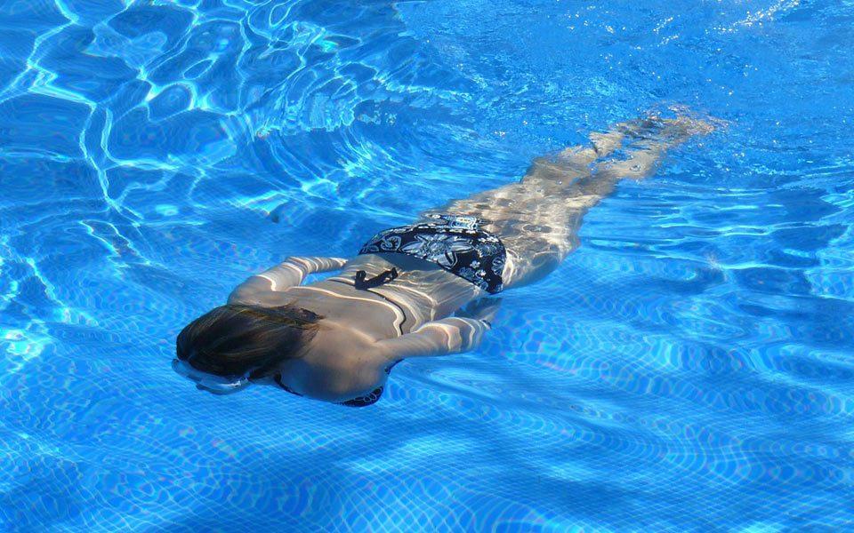 Warum bekomme ich Ohrenschmerzen nach dem Schwimmen im Meer oder Pool?